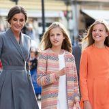 Letizia zeigt sich elegant, aber in Grau eher zurückhaltend, die farblich abgestimmten Looks ihrer schönen Töchter sind der eigentliche Blickfang.