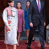 """Um den Gewinnern des""""Princesa de Asturias""""-Awards zu gratulieren, hat sich Königin Letizia diesen floralen Look ausgesucht. Und auch die Outfits ihrer Töchter sind perfekt für die Audienz."""