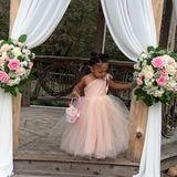 Wasfür niedliche Schnappschüsse! Serena Williams postet auf Instagram diese hübschen Bilder ihrer Tochter Alexis Olympia. Auf einer Hochzeit macht Alexis als Blumenmädchen eine tolle Figur und steht den erwachsenen Gästen mit ihrem One-Shoulder-Kleid in nichts nach.