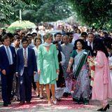 Prinzessin Diana wählte für ihren Besuch im Kinnaird College in Lahore ein Kombination aus Rock und Mantel, die dem Look von Herzogin Kate durchaus ähnelt. Diana verzichtete allerdings auf eine Hose. Einen Schal trug sie ebenfalls über ihre Schulter.