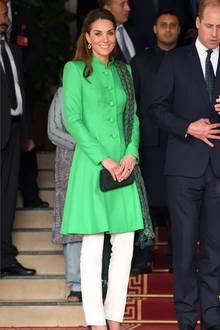 Zu ihrem Besuch bei Premierminister Imran Khan setzt Herzogin Catherine auf Farbe. Sie trägt eine weiße Hose von Maheen Khan in Kombination mit einem knallgrünen Mantel von Catherine Walker. Über ihre Schulter trägt Kate einen gemusterten Schal vom pakistanischen Label Satrangi. Diana trug auf ihrer Pakistan-Reise einen ganz ähnlich farbenfrohen Look ...