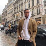 Male Model Tyler Cameron macht gerne einen kleinen Bummel durch die Straßen von Paris.