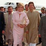 Ganz traditionell wählt auch Prinzessin Diana für ihre Ankunft in Lahore ein Salwar Kamiz, ebenfalls in hellen Tönen. Diana wählt jedoch einen Rosaton und kein Weiß.