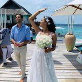 """Sie haben """"Ja"""" gesagt: Moderator Oliver Pocher hat seine Freundin, Amira Aly, auf den Malediven geheiratet. Dort wo andere Paare ihren Honeymoon verbringen, heiratete das Paar im kleinen Kreis. Nun zeigt diehübsche 26-Jährige auf Instagram ihr Hochzeitskleid. Dem paradiesischen Ort entsprechend trägt Amira ihr Haar offen und mit hübschen, weißen Blüten verziert. Ihr Brautkleid selbst lässt ziemlich tief blicken ..."""