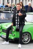 """19. Oktober 2019  Bald jährt sich der Mauerfall zum 30. Mal, und David Hasselhoff probt in Berlin schon mal, ober seinen damaligen Hit """"Looking for Freedom"""" noch drauf hat. Hupend. Mit Trabis."""