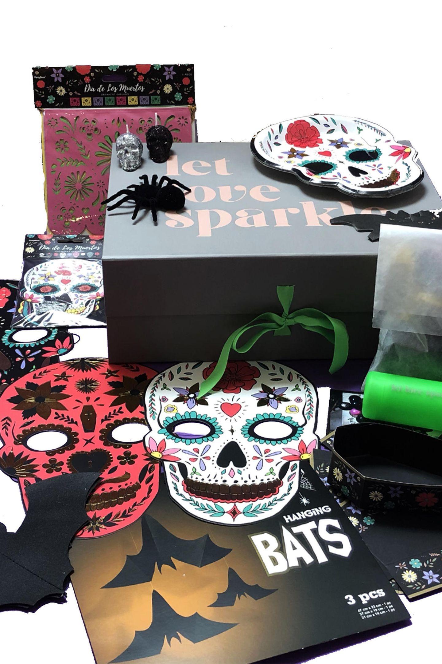 """Haben Sie schon die perfekten Accessoires und gruselige Deko für die ultimativeHalloween-Party parat? Der Onlineshop Partybox.de könnte da Abhilfe schaffen. Die """"Dia de los Muertos""""-Partybox ist perfekt für alle, die Halloween gerne etwas farbenfroher verbringen. Ca. 119 Euro."""