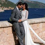 """Rafael Nadal hat seine Jugendfreundin Xisca auf Mallorca geheiratet. Sie trägt ein Haute Couture-Kleid vom Label """"Rosa Clará"""", das obenmit Spitzeund untenmit fließendem Stoff bezaubert."""