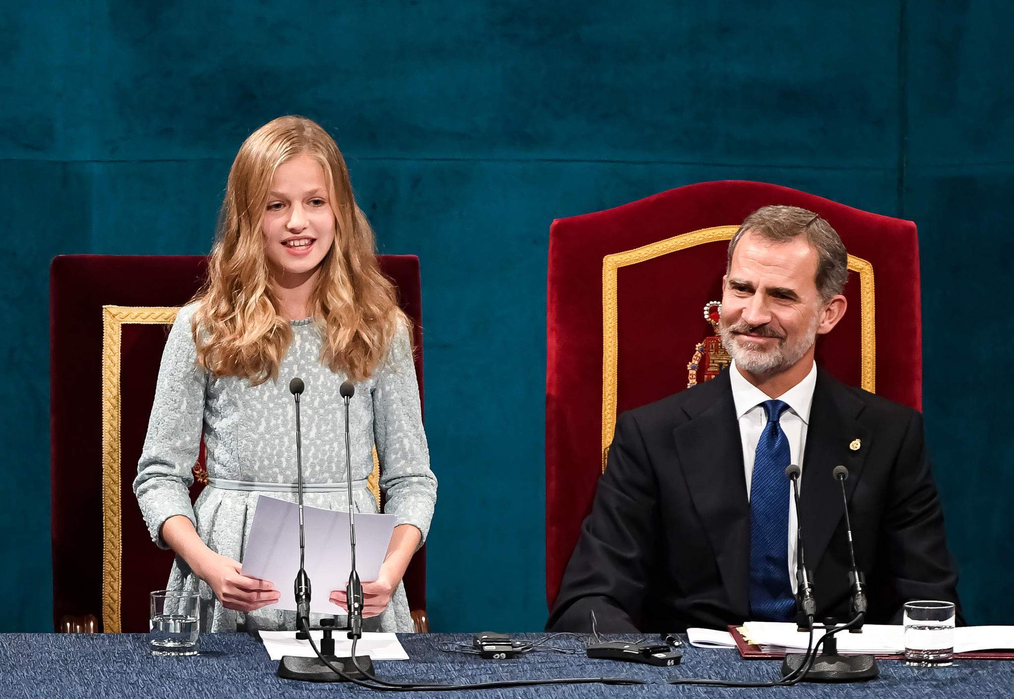 Prinzessin Leonor während ihrem Rede-Debüt bei den Asturien-Preisen 2019. König Felipe ist sichtlich stolz auf seine Tochter.