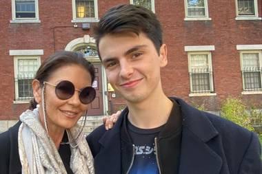 Ein Jahr später folgt die Selbständigkeit.Dylan Douglas istStudent an der Browne Universität. Catherine Zeta-Jones postet auf Instagram dieses Selfie mit ihrem Sohn und beweist damit, dass auch sie eineganz normale Mutter ist, die fürchterlich stolz auf die Errungenschaften ihres Sohnes ist.Es ist nicht das erste Mal, dass sie ihren Sohn in der Browne Universitätbesucht, schon im September 2018 veröffentlichte sie ein Video von der Ankunft Dylans auf demCampus.