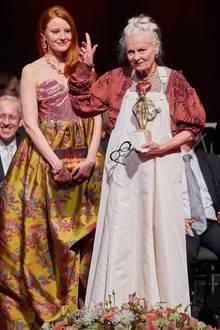 """20. Oktober 2019  Vivienne Westwood bekommt von Barbara Meier den """"Europäischen Kulturpreis"""" in Wien überreicht.Die Modeschöpferinerhält die Auszeichnung für ihr gesellschaftliches Engagement."""