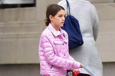 Hochpreisige Designer-Taschen, edle Pumps und büro-taugliche Blazer sind schon seit langem essentieller Bestandteil von Suri Cruise Kleiderschrank. Umso schöner, wenn wir die 13-Jährige Tochter von Katie Holmes auch mal ganz und gar nicht ladylike auf den Straßen New Yorks erblicken. Mit Kussmund-Pyjama-Hose und flauschigen UGGs zeigt sie uns das hübsche 13-Jährige Mädchen, dessen Lieblingsfarbe eindeutig Pink ist.