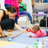 """HerzoginMeghan, die selbst frisch gebackene Mama ist, zeigt sich ganz entzückt,als sie bei der Organisation """"mothers2mothers"""" in Kapstadt mit einem kleinen Mädchen in Kontakt kommt.Meghan hat bei deroffiziellen Afrika-Reise auch jeden Grund zu strahlen,denn das erste Mal reist auch ihr kleiner SohnArchie mit."""