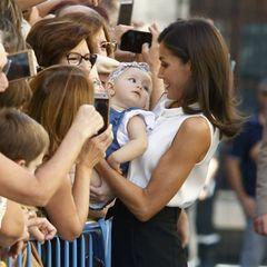 Auch beim Besuch nach den letzten Überschwemmungen in der Region Murcia macht Königin Letizia Bekannschaft mit einem Baby, das sie freudig aus der Menge anlächelt.
