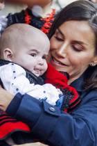 """Als Königin Letizia mit ihrer Familie beiBesuch und Auszeichnung des """"Musterdorf von Asturien 2019""""in Asiegu diesen kleinen Fan trifft, mag sie ihn gar nicht mehr loslassen."""