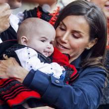 """Als Königin Letizia mit ihrer Familie beiBesuch und Auszeichnung des """"Musterdorf von Asturien 2019""""in Asiegu diesen royalen Mini-Fan trifft, mag sie ihn gar nicht mehr loslassen."""