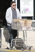 Auch ein Hollywood-Star geht mal shoppen. Lässig schiebt Ben Affleck seine Einkäufe aus dem Supermarkt. Schade, dass wir nicht genau erkennen können, was es heute zu essen gibt.