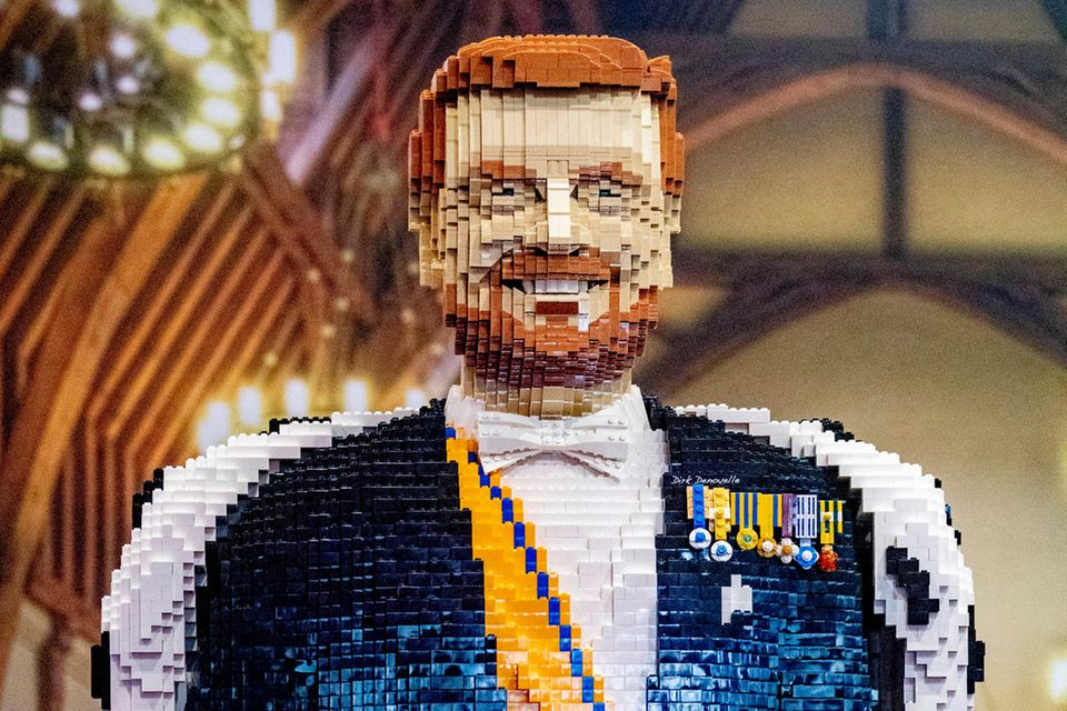 """Passend zu seinem neuen Look gibt es jetzt auch in der Utrechter """"Lego World""""König Willem-Alexander mit Bart zu sehen."""