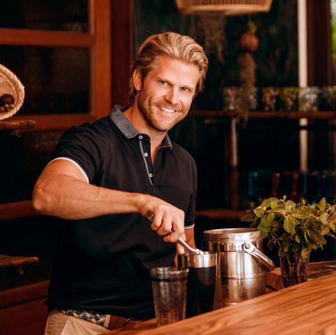 """Paul Janke als Barkeeper in der neuen Staffel von """"Bachelor in Paradise"""""""