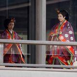 Die Schwestern Prinzessin Kako und Prinzessin Mako erscheinen traditionell gekleidet.