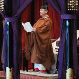 Im Beisein von etwa 2000 Würdenträgern aus der ganzen Welt verliest Kaiser Naruhito im Palastoffiziell seine Inthronisation.Er versichere, im Einklang mit der Verfassung seine Verantwortung als Symbol des Staates zu erfüllen, so der 59 Jahre alte Monarch. Die Zeremonie ist der Höhepunkt der Thronfolgerituale, die bereits im Mai begannen, als Naruhito den Chrysanthementhron bestieg, nachdem sein Vater Akihito abgedankt hatte.