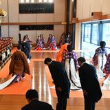 Japans neuer Kaiser verlässt den festlich geschmückten Saal.