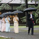 Die japanische Kaiserfamilie macht sich - angeführt von Kronprinz Akishino und Kronprinzessin Kiko - auf den Weg in einen der drei Shinto-Schreine des Palastes, um an der Kashikodokoro-Zeremonie teilzunehmen. Das schlechte Wetter macht die ursprüngliche Planung der Feier zunichte: Wegen Regenmussdie Inthronisationszeremonie, die eigentlich draußenstattfinden sollte, nach drinnen verlegt werden. Auch eine geplante Parade wird verschoben.