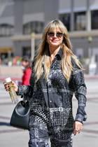 Zu ihrem legeren Look kombiniert Heidi eine Virtus-Handtasche von Versace für rund 1.750 Euro sowie eine angesagte Matrix-Sonnenbrille für rund 36 Euro. Ein Schlafzimmer-Look, der super straßentauglich ist!