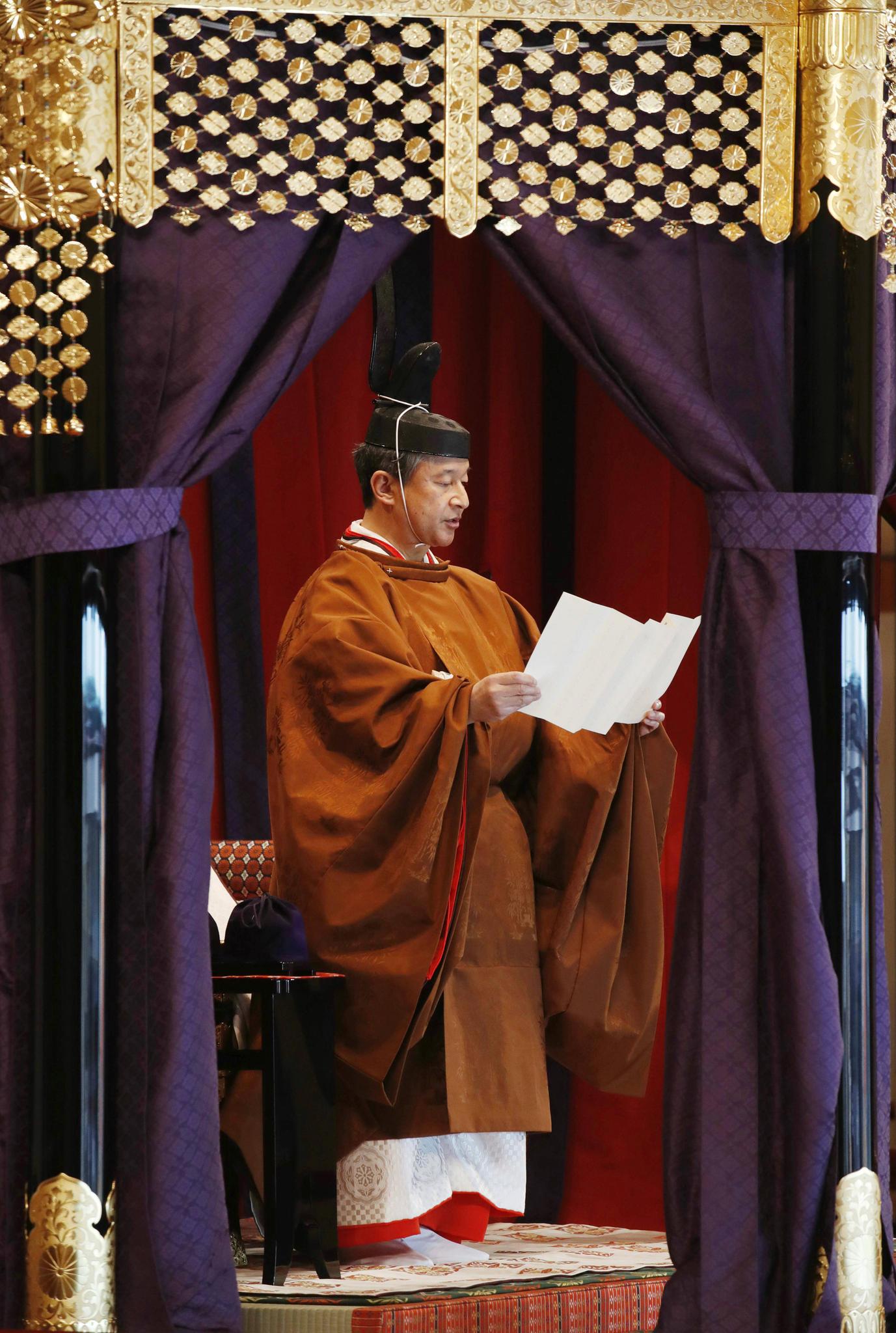 Kaiser Naruhito hält in der Staatshalle seine Antrittsrede an das Volk.