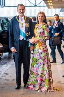 König Felipe undKönigin Letiziaziehen bei der Krönung vom Kaiser von Japan in Tokio alle Blicke auf sich. Letizia trägt ein farbenfrohes Blumenkleid vonMatilde Cano(ca. 339 Euro), dazu kombiniert sie einen verspielten Haarreif.