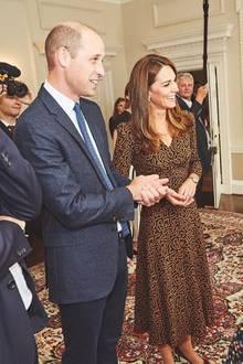 Beim Besuch von Radio 1's Teen Heroes im Palast strahlt Herzogin Kate in einem braun-schwarz gemustertenMidi-Dress von L.K. Bennett. Dazu kombiniert sie schwarze, spitze Ballerinas und dezenten Schmuck.