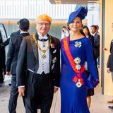 Kronprinzessin Victoria strahlt an der Seite ihres Vaters König Carl Gustaf von Schweden in einer royalblauen Abendrobe mit passendem Hut.