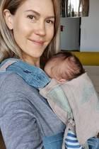 13. Oktober 2019  Wolke Hegenbarth teilt ein süßes Selfie mit ihrem neugeborenen Sohn. Den Kleinen trägt die Schauspielerin in einer Babytrage, nur sein Köpfchen und ein Ohr gucken hervor.