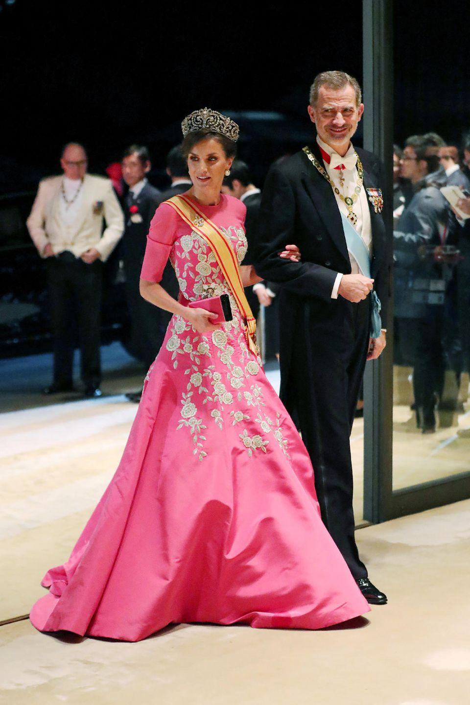 Für das Staatsbankett am Abend haben sich die Royals nochmal umgezogen und in Schale geworfen. Königin Letizia erscheint zusammen mit König Felipe in einer opulenten Abendgarderobe. Ihr Kleid: ein pinkfarbenerBlickfang mit aufwendiger Stickerei.