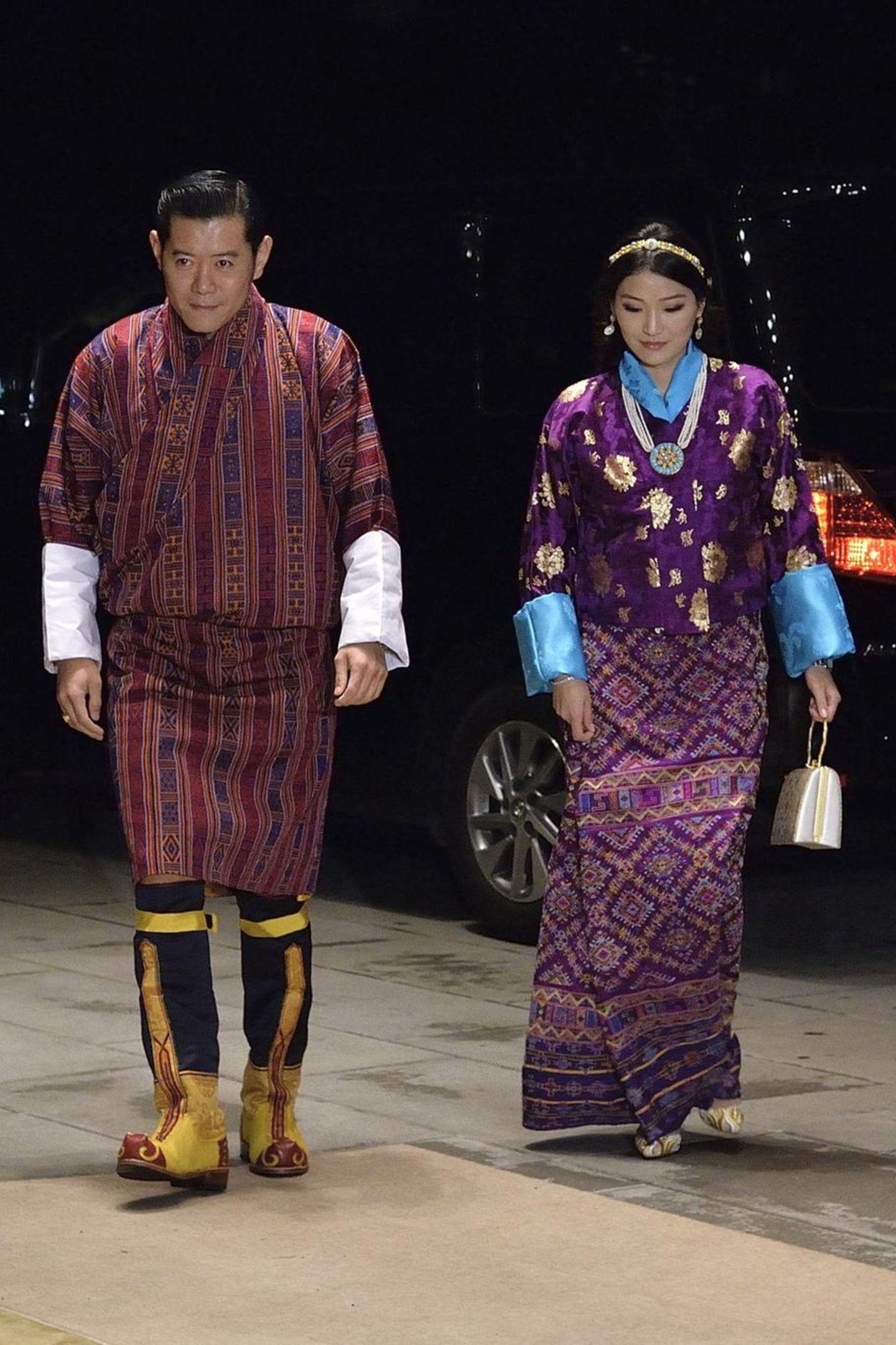 Das Königspaar aus Bhutan, König Jigme und Königin Jetsun machen sich gerade auf dem Weg zum großen Staatsbankett in Japan. Auch ihre Kleiderwahl ist dementsprechend festlich und traditionell.