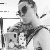 22. Oktober 2019  Mit Schnuller im Mund und ihrer schlafenden Tochter auf der Brust wirktKate Hudson ziemlich entspannt während ihrer Shopping-Tour. Da bleibt auch noch Zeit für ein süßes Selfie.