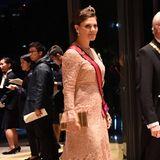Prinzessin Victoria wählt für das Staatsbankett ein Abendkleid in zartem Rosé. Farblich ist das Kleid zwar deutlich zurückhaltender als die Robe am Vormittag , dafür besticht es mit grober Spitze, auffälligen Ärmeln und Schleppe. Der wahre Hingucker ist aber Victorias doppelreihige Krone, die perfekt zu ihren Ohrringen passt.