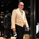 Obwohl Fürst Albert von Monaco ohne Ehefrau Charlène zum Bankett erscheint, ist auch sein Auftritt ein Hingucker. Anders als die anderen männlichen Royals, die im dunklen Smoking erscheinen,setzt Albert auf ein helles Jackett, das von goldenen Schulterklappen und Knöpfen geziert wird.