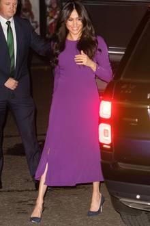 """Der Besuch der""""One Young World Summit Opening Ceremony"""" in London ist für Herzogin Meghan eine Herzensangelegenheit,immerhin setzte sie sich schon vor ihrer Zeit als Royal für die Organisation ein. Kein Wunder also, dass Meghan für den Termin in der Royal Albert Hall ein ganz besonderes Kleid auswählt ..."""