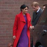 """Das Modell """"Maxwell"""" der MarkeAritzia Babaton erinnert Herzogin Meghan an ihre Schwangerschaft mit Baby Archie. Bei einem Termin im Januar 2019 – damals war Meghan im sechsten Monat schwanger – präsentierte sie das lilafarbene Dress zum ersten Mal. Damals jedoch in einer ganz anderen Kombination: In Birkenhead setzte Meghan auf Colour-Blocking und wählte zu dem farbenfrohen Kleid einen roten Mantel mit passenden Pumps."""