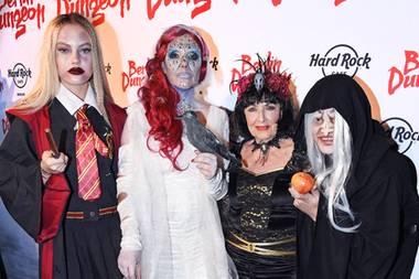 """Wenn Natascha Ochsenknecht zur Halloween-Party im """"Berlin Dungeon"""" lädt, darf die Familie natürlich nicht fehlen. Mit von der gruseligen Partie sind MutterBärbel Wierichs sowie ihre Kinder Cheyenne und Wilson Gonzalez Ochsenknecht."""
