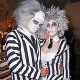 Schlager-Sängerin Annemarie Eilfeld erscheint zu Natascha Ochsenknechts Halloween-Party passend abgestimmt mitFreund Tim Sandtim Schwarz-Weiß-Look.
