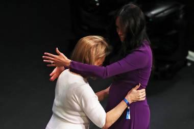 Herzogin Meghan umarmt Kate Robertson