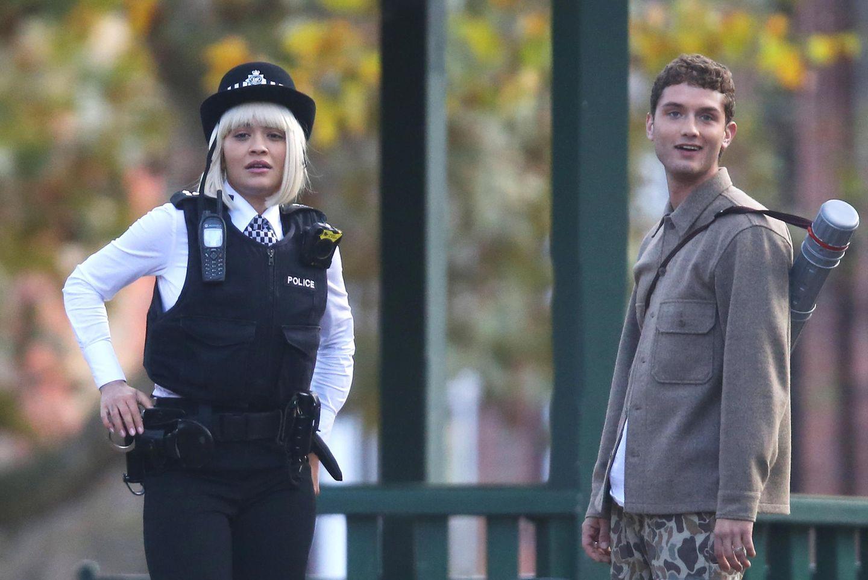 """Bei den Dreharbeiten zu """"Oliver!"""" begegnet unsRita Ora in London in Polizeiuniform. Sie spielt im """"Oliver Twist""""-Remakean der Seite von SchauspielkollegeRafferty Law, dem Sohn von Jude Law."""