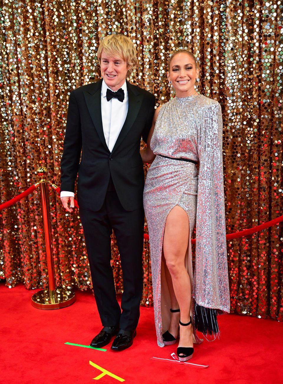 """Sind Owen Wilson und Jennifer Lopez etwa das neue Glamour-Paar? Ja! Allerdings sind die beiden nur in ihrem aktuellen Film """"Marry Me"""", zu dem gerade die Dreharbeiten laufen, glücklich liiert. Wenn man genau hinschaut, sieht man die Markierungen auf denen die Schauspieler platziert werden."""