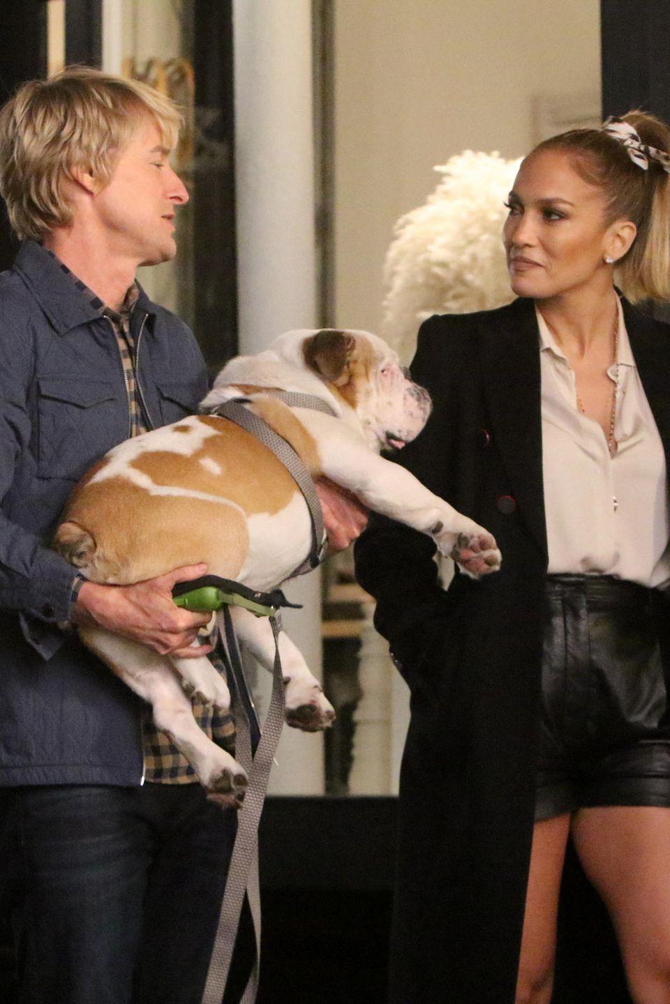 """Auch bei diesem Schnappschuss vom Set von """"Marry Me"""" streifen Owen Wilson und Jennifer Lopez verliebt durch die Nacht. Wir sind gespannt, wie die Love-Story ausgeht..."""