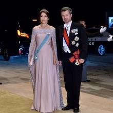 Kronprinzessin Mary von Dänemark begeistert in einem blassfliederfarbenen Capekleid mit funkelnden Schmucksteinen.