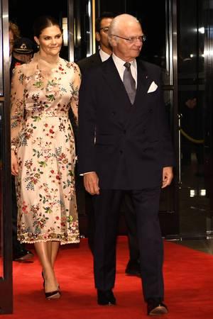 Auch am zweiten Tag zeigen sich die Royals anlässlich der Krönung von Kaiser Naruhito in Tokio von ihrer stylischen Seite: Prinzessin Victoria wählt ein aufwendig besticktes rosefarbenes Kleid mit Satin- und Transparent-Elementen des Labels Sjöstedt.