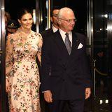 Auch am zweiten Tag zeigen sich die Royals anlässlich der Inthronisierung von Kaiser Naruhito in Tokio von ihrer stylischen Seite: Prinzessin Victoria wählt ein aufwendig besticktes rosefarbenes Kleid mit Satin- und Transparent-Elementen des Labels Sjöstedt.