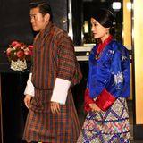 Ebenfalls festlich und vor allem auch in traditioneller Robe erscheinenKönig Jigme von Bhutan und Königin JetsunzumCocktailempfang für ausländischeroyale Gäste.