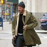 """David Beckham steht in Modefragen seiner Frau in nichts nach. Zum lässigen Parker unddunkler Denim-Hose kombiniert er stilsicher die futuristisch anmutenden """"Tubular Invader Strap""""-Sneakers von Adidas."""